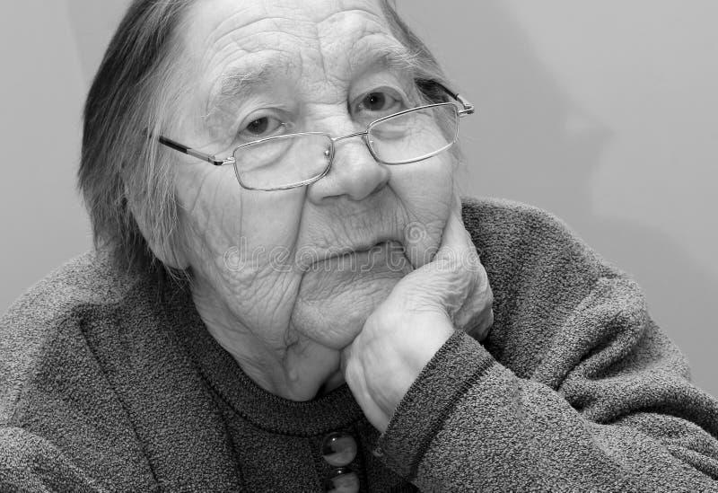 Retrato de uma avó idosa imagens de stock royalty free