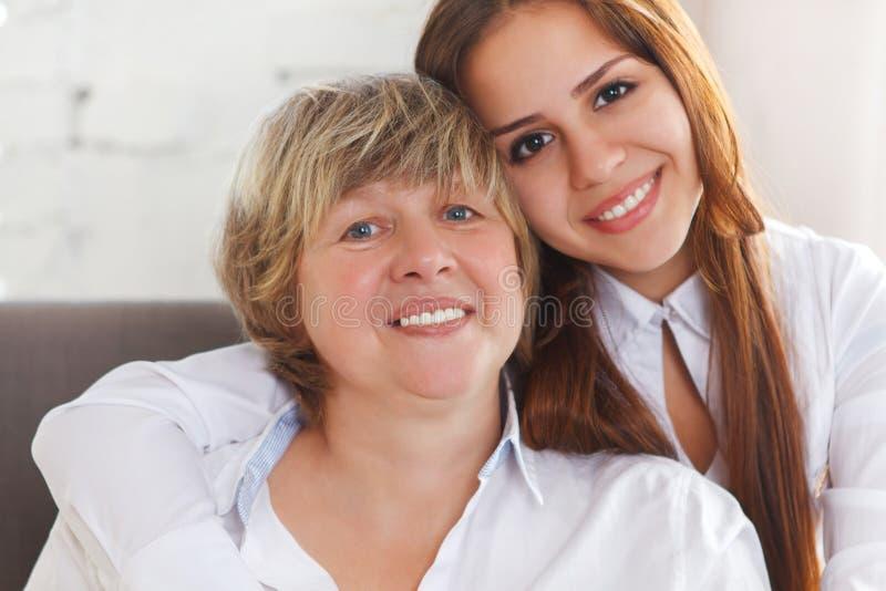 Retrato de uma avó madura e de uma neta adolescente e adolescente fotografia de stock royalty free