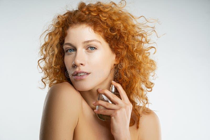 Retrato de uma bela mulher que olha para o futuro imagens de stock royalty free
