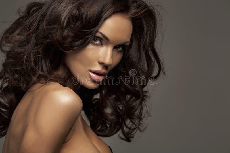 Retrato de uma beleza fêmea perfeita imagem de stock