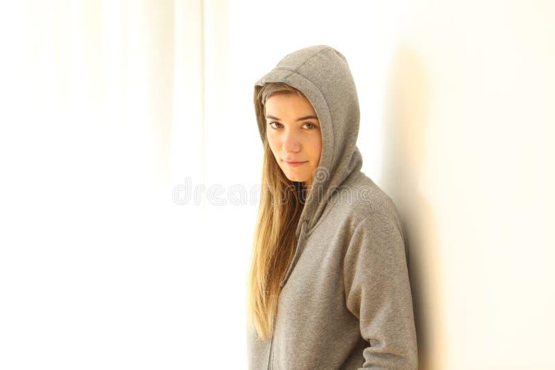Retrato de uma câmera de vista adolescente séria imagens de stock royalty free