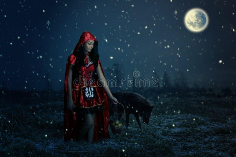 Retrato de uma capa de equitação vermelha pequena bonita fotografia de stock royalty free