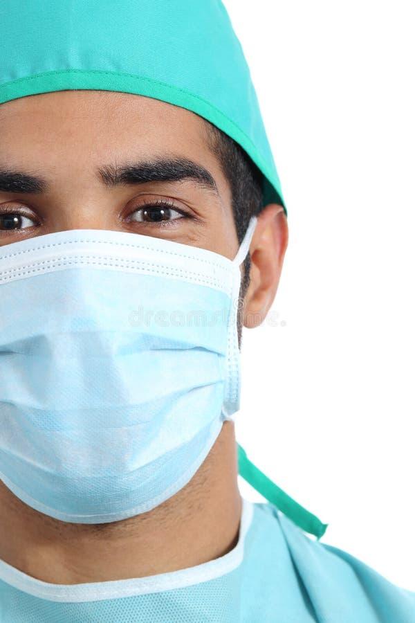 Retrato de uma cara árabe do doutor do cirurgião com máscara imagem de stock royalty free