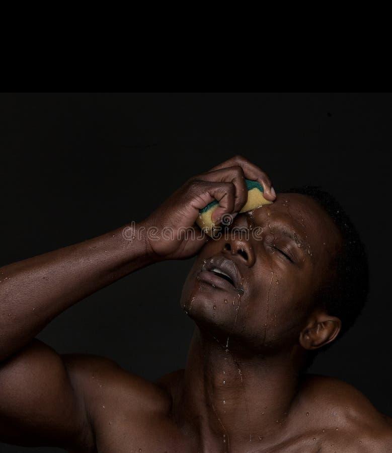 Cara de lavagem do homem americano africano fotografia de stock