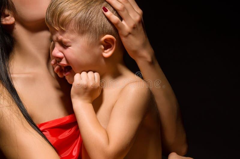 Retrato de uma criança de grito fotos de stock royalty free