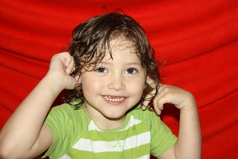 Retrato de uma criança, emoções de um bebê bonito com olhos cinzentos e dentes curvados imagens de stock royalty free