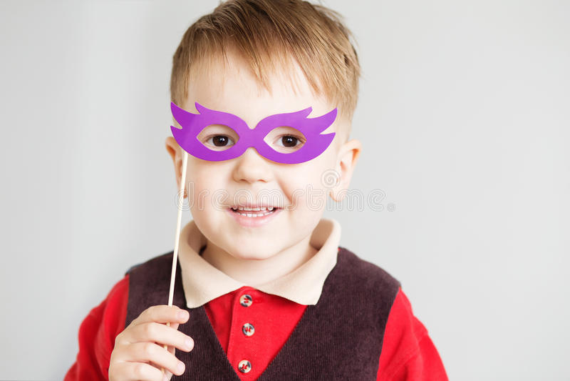 Retrato de uma criança feliz com vidros do papel engraçado foto de stock royalty free
