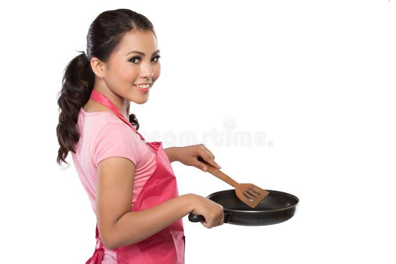 Retrato de uma dona de casa nova pronta para cozinhar fotografia de stock