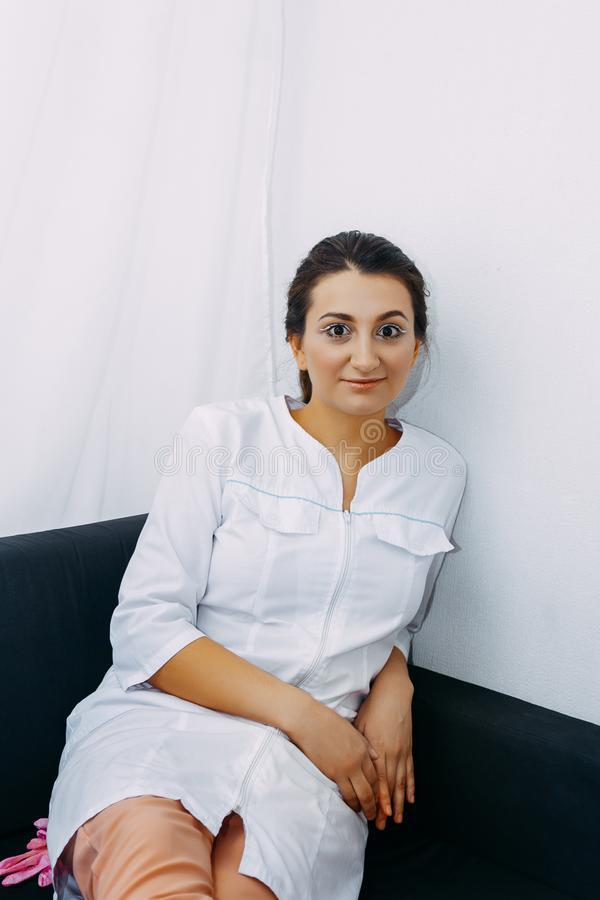 Retrato de uma enfermeira bonita nova fotografia de stock