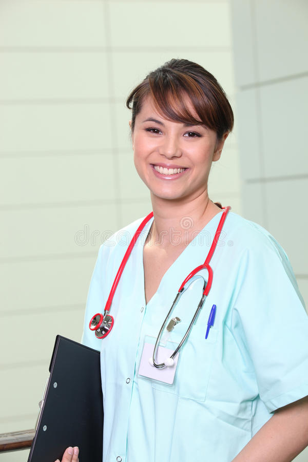 Retrato de uma enfermeira de sorriso dos jovens fotos de stock royalty free