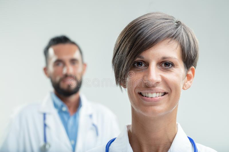 Retrato de uma enfermeira ou de um médico fêmea seguro imagem de stock