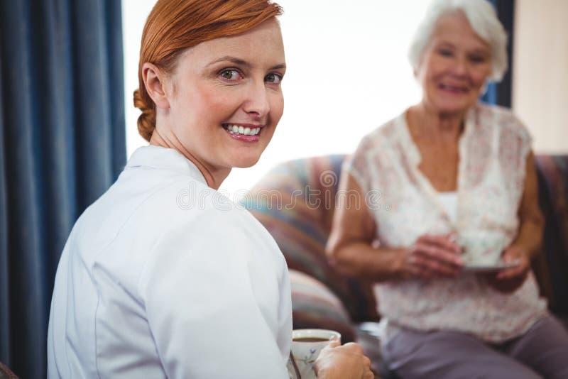 Retrato de uma enfermeira que olha atrás dela fotografia de stock