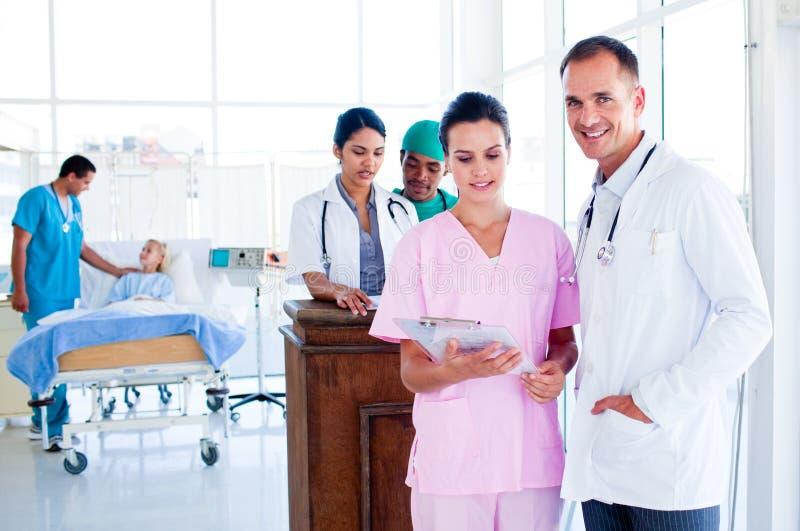 Retrato de uma equipa médica multi-ethnic no trabalho fotos de stock