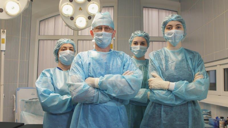 Retrato de uma equipe do cirurgião após uma operação bem sucedida imagens de stock