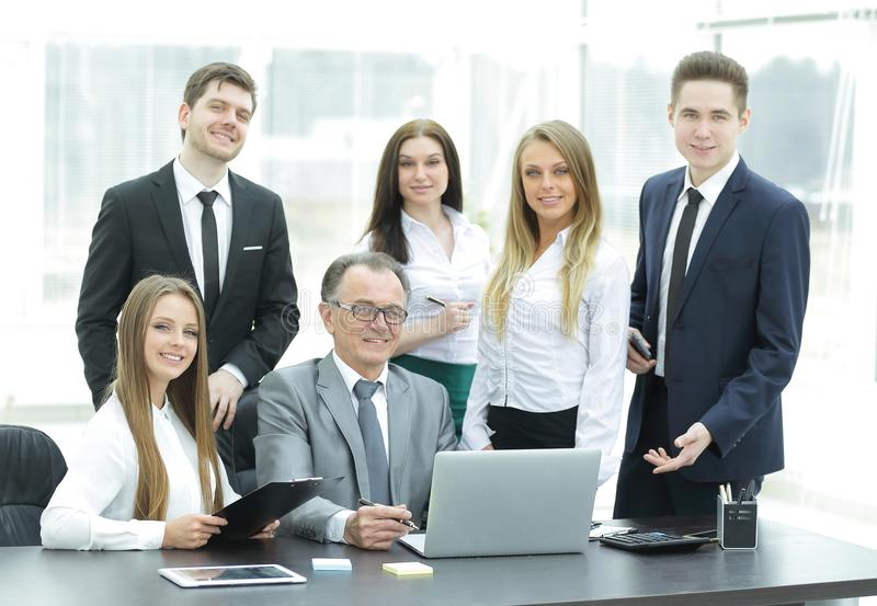 Retrato de uma equipe profissional do negócio no escritório fotos de stock