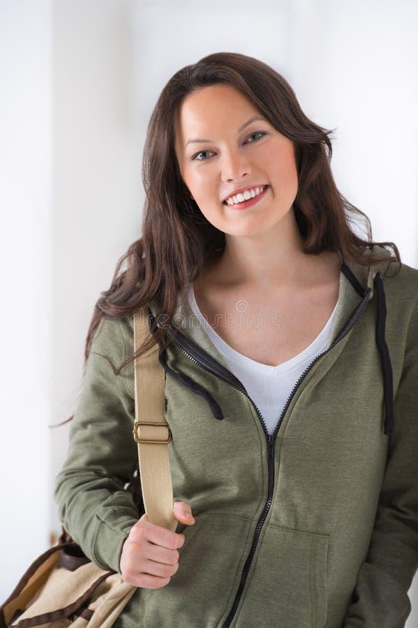 Retrato de uma estudante universitário da raça misturada imagens de stock royalty free