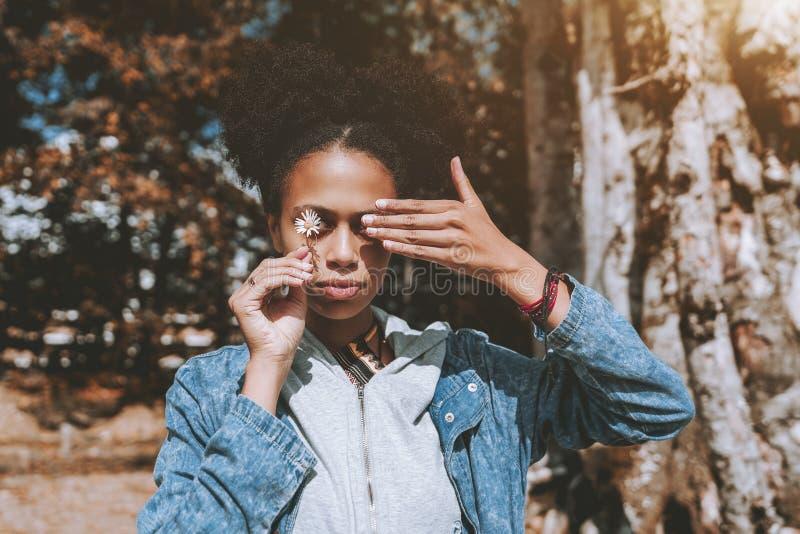 Retrato de uma fêmea afro-americano que fecha seus olhos com han imagem de stock