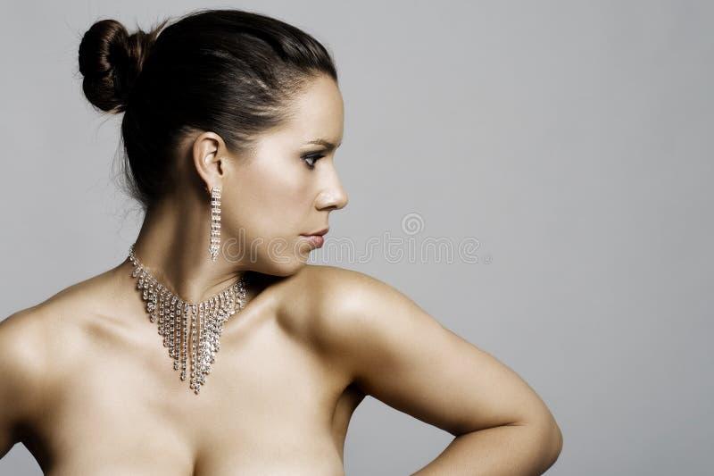 Retrato de uma fêmea atrativa em topless imagens de stock