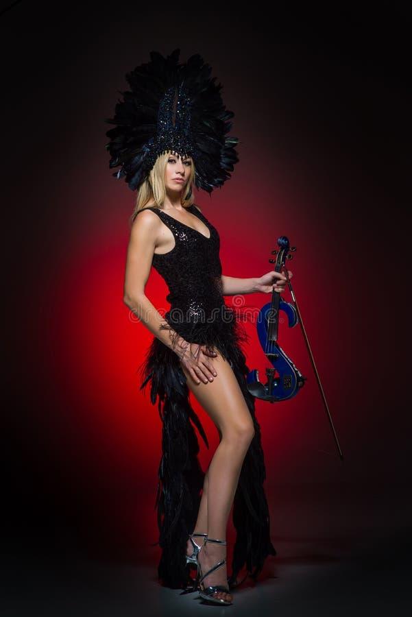 Retrato de uma fêmea nova com violino bonde fotos de stock