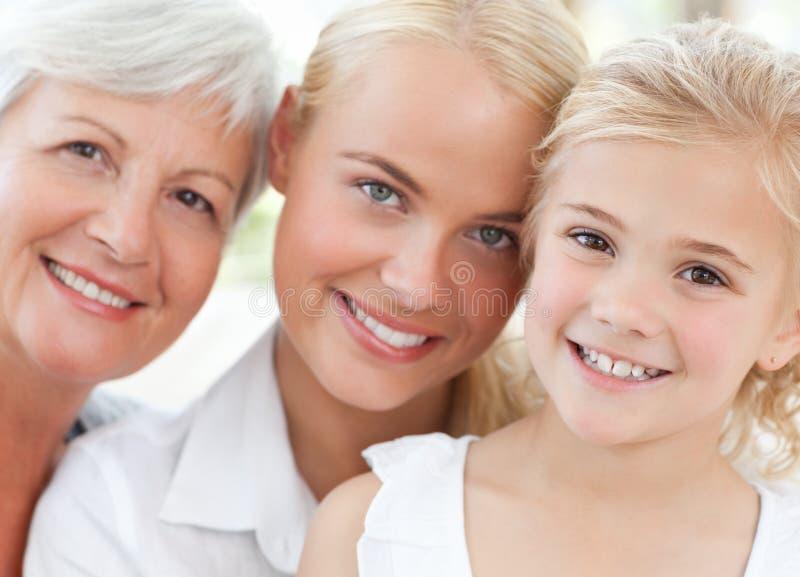 Retrato de uma família alegre que olha a câmera imagens de stock