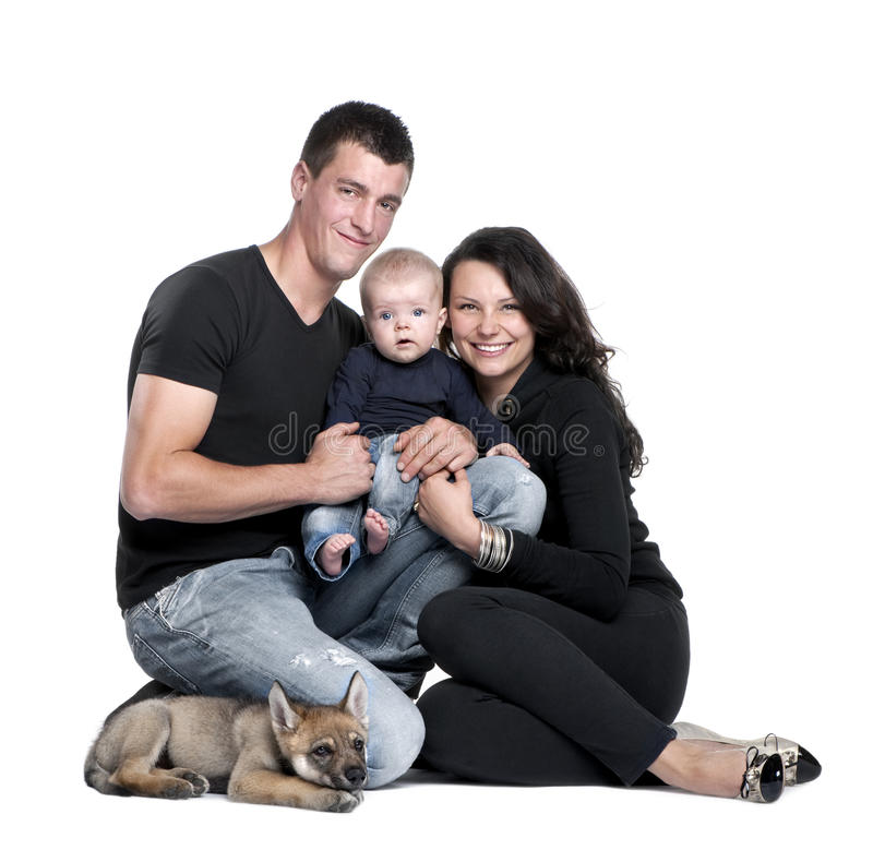 Retrato de uma família com um filhote de lobo fotografia de stock royalty free