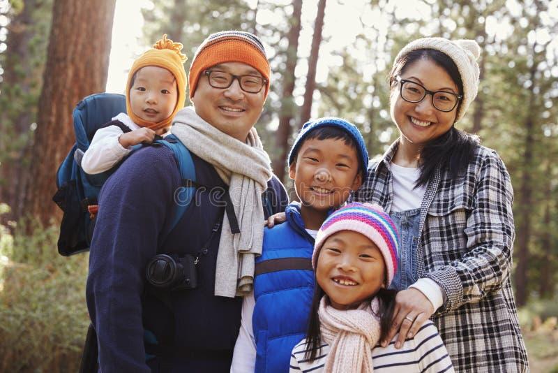 Retrato de uma família de cinco asiática em um ajuste da floresta fotografia de stock royalty free