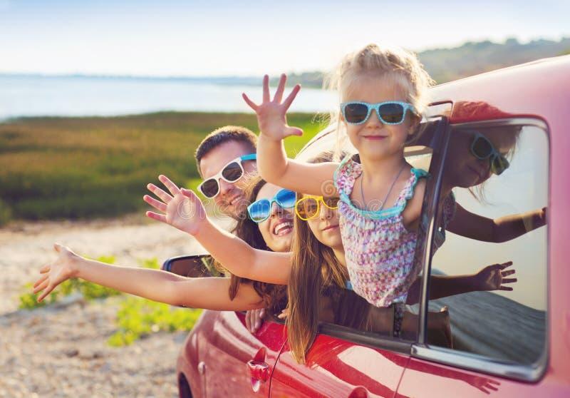 Retrato de uma família de sorriso com as duas crianças na praia no c imagens de stock royalty free