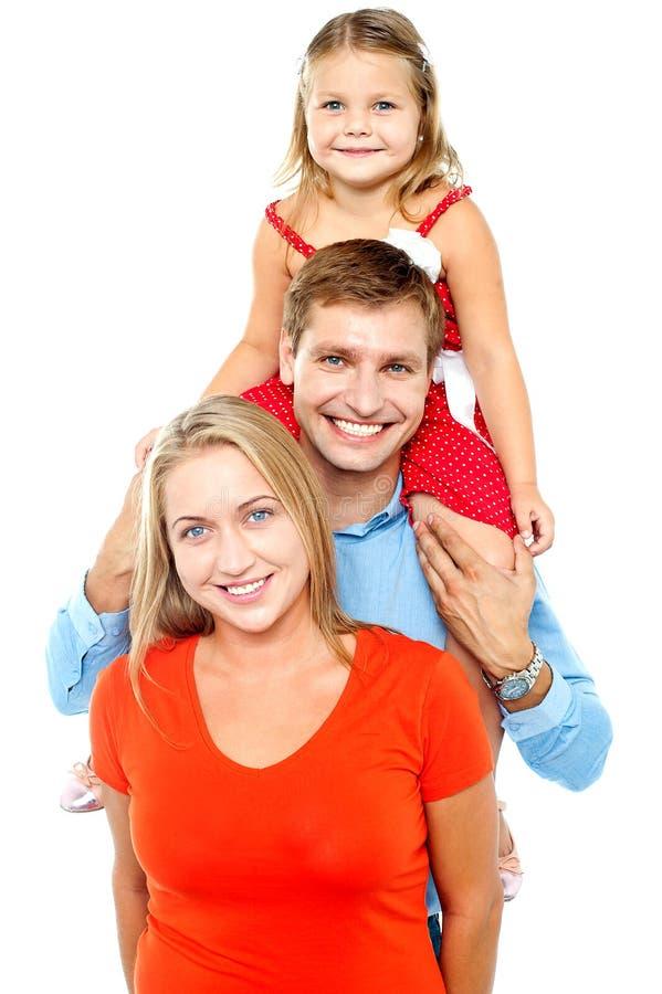 Retrato de uma família de três alegre que têm o divertimento foto de stock