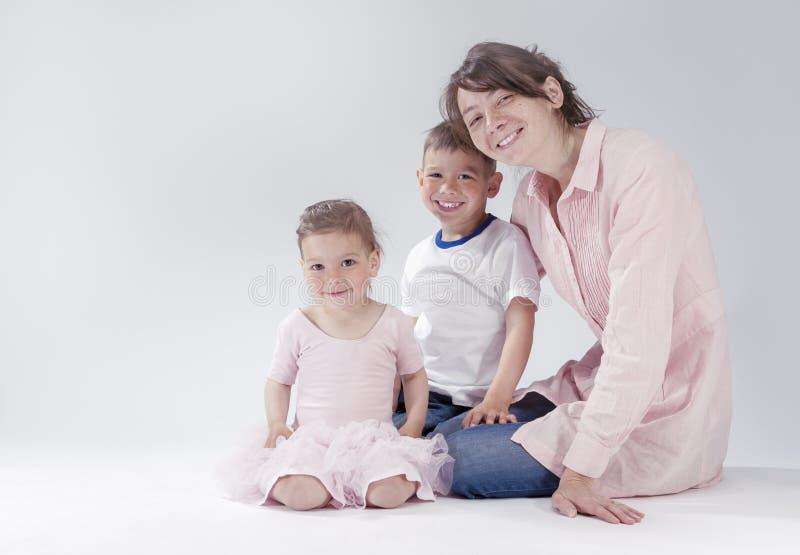 Retrato de uma família de três caucasiano feliz junto foto de stock