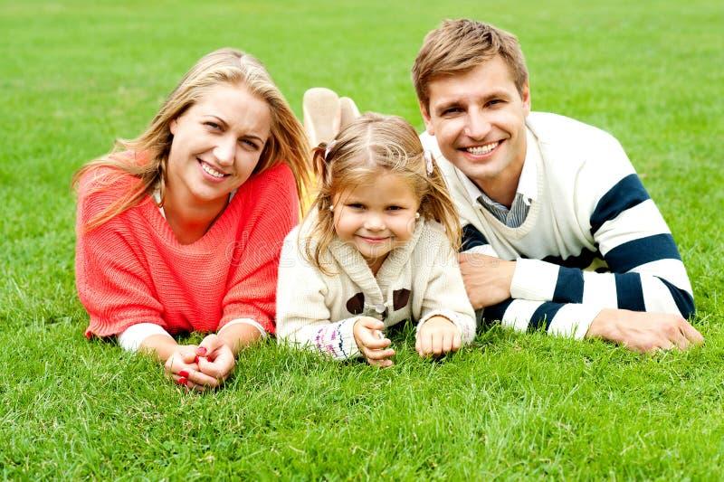 Retrato de uma família de três feliz foto de stock royalty free