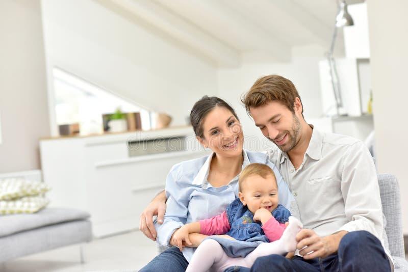 Retrato de uma família de três feliz em casa imagem de stock royalty free