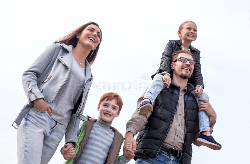 Retrato de uma família feliz foto de stock