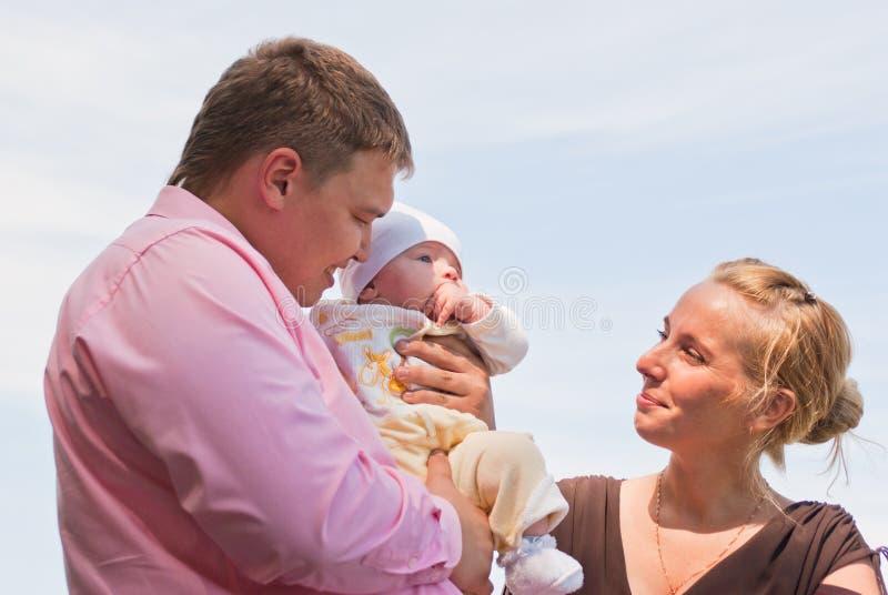 Retrato de uma família nova feliz fotos de stock