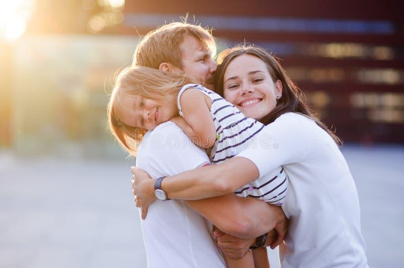 Retrato de uma família unida jovens imagens de stock