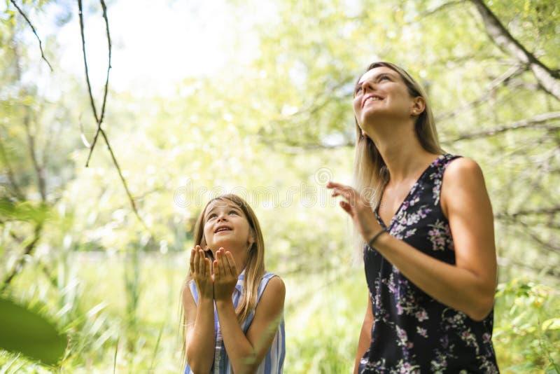 Retrato de uma floresta feliz da moça fora com baby-sitter imagem de stock royalty free