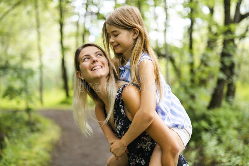 Retrato de uma floresta feliz da moça fora com baby-sitter imagens de stock royalty free