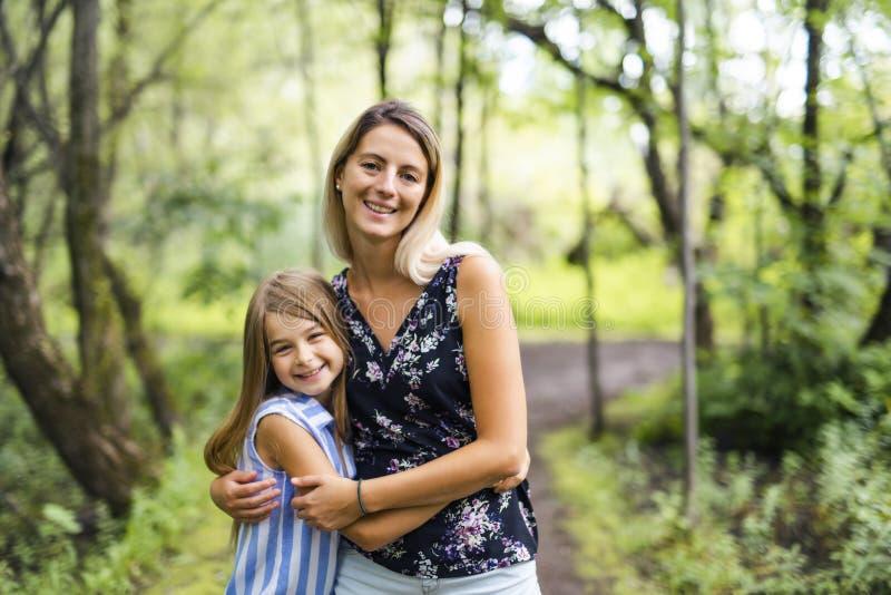 Retrato de uma floresta feliz da moça fora com baby-sitter foto de stock royalty free