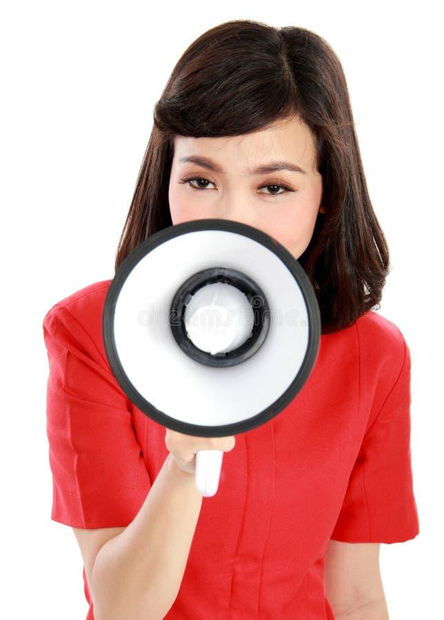 Retrato de uma gritaria da jovem mulher com um megafone fotografia de stock