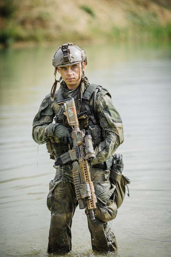 Retrato de uma guarda florestal no campo de batalha com uma arma imagem de stock