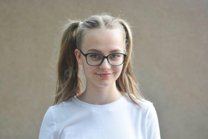 Retrato de uma jovem adolescente isolada em fundo cinza fotos de stock royalty free