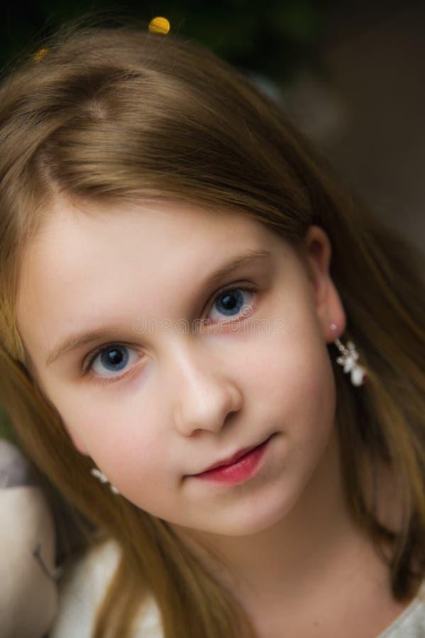 Retrato de uma jovem caucasiana branca de olhos azuis foto de stock
