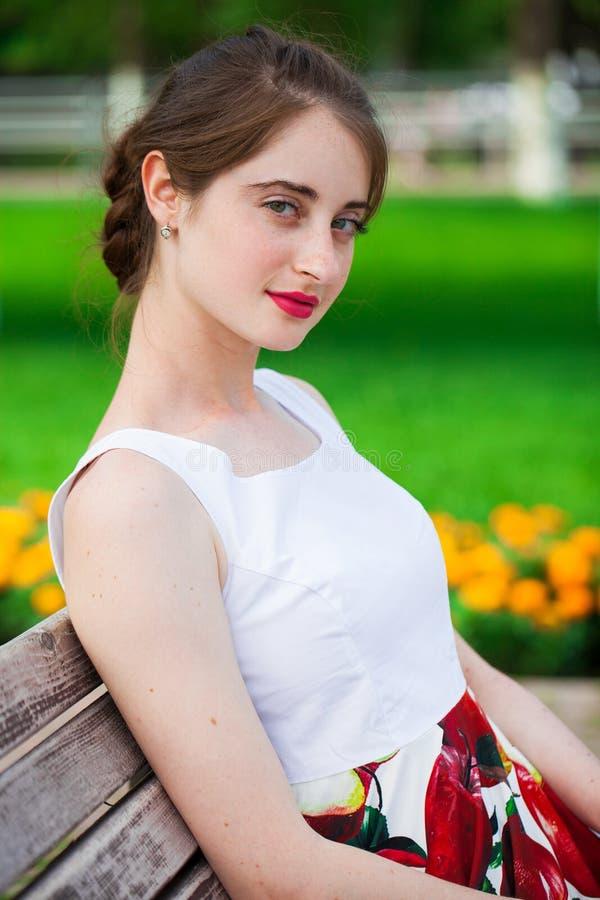 Retrato de uma jovem morena feliz, parque de verão ao ar livre imagem de stock royalty free