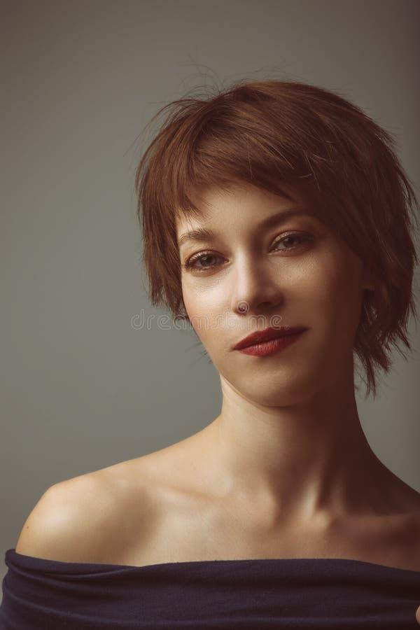 Retrato de uma jovem mulher imagens de stock royalty free