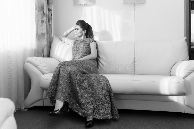 Retrato de uma jovem mulher fotos de stock