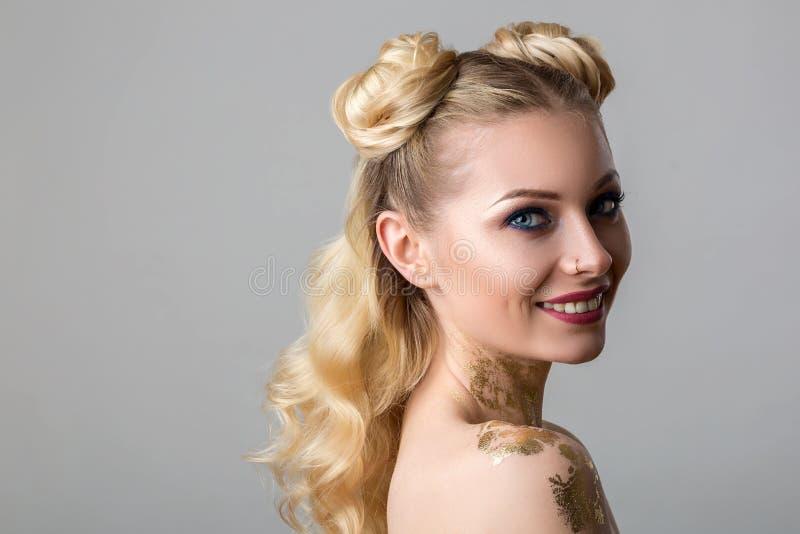 Retrato de uma jovem mulher bonita com beleza e forma profissional da composição, cosmetologia e termas imagens de stock