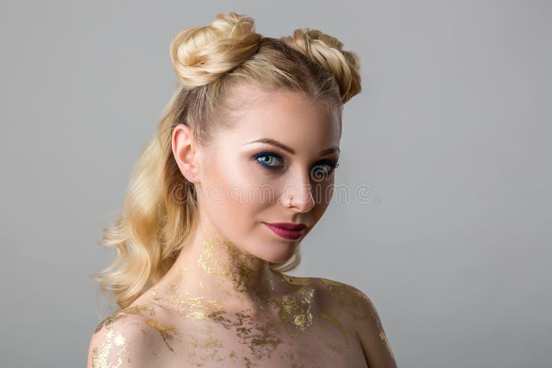 Retrato de uma jovem mulher bonita com beleza e forma profissional da composição, cosmetologia e termas imagem de stock