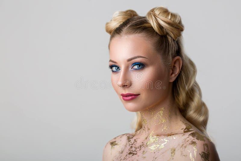 Retrato de uma jovem mulher bonita com beleza e forma profissional da composição, cosmetologia e termas imagens de stock royalty free