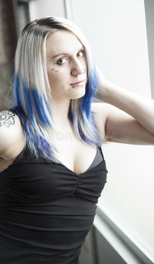 Download Menina Alternativa Bonita Com Cabelo Azul E O Vestido Preto Foto de Stock - Imagem de pose, olhos: 29837586