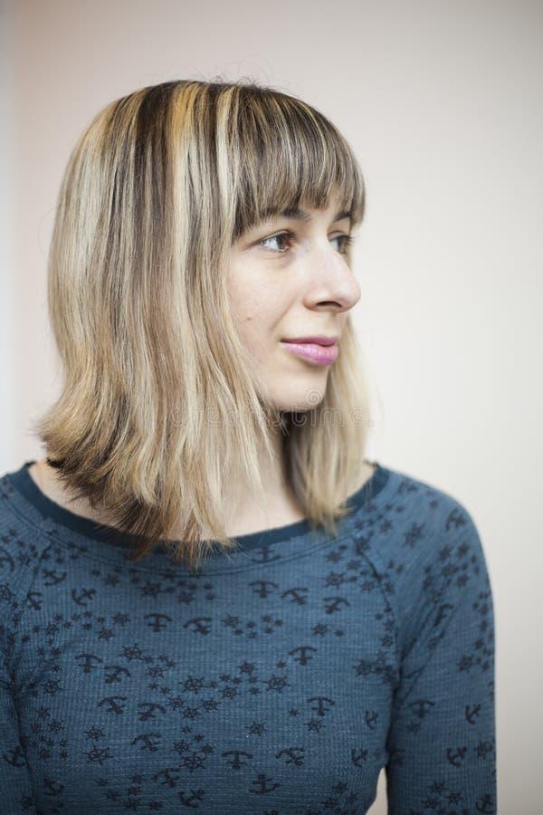 Retrato da jovem mulher bonita com cabelo louro fotografia de stock royalty free