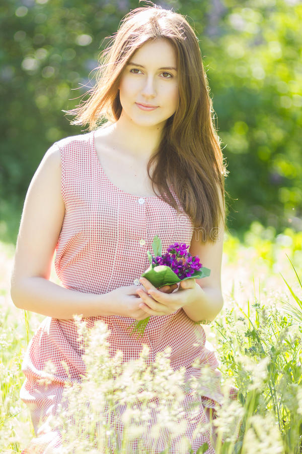 Retrato de uma jovem mulher bonita com cabelo marrom fotos de stock